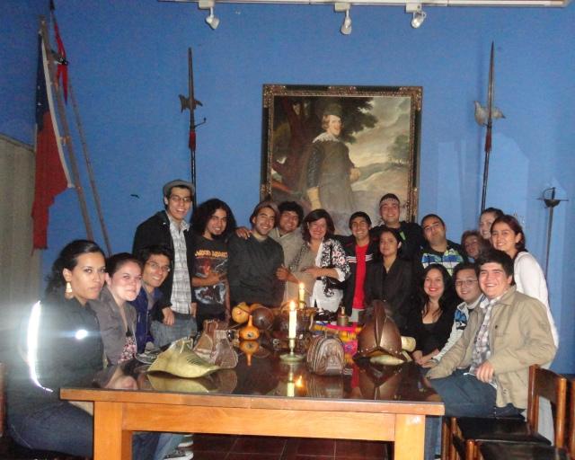 Estudiantes de Pedagogía en Historia, Geografía y Ed. Cívica, UDLA, Santiago Centro en Museo Histórico Nacional de Chile, abril 2012