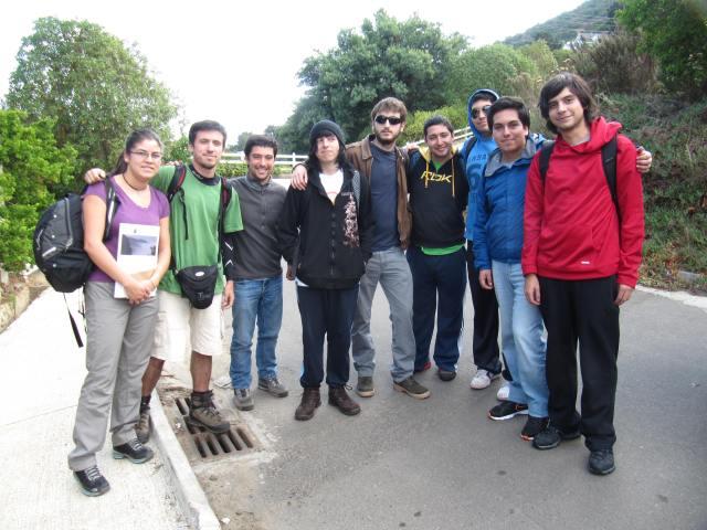 Alumnos y guías Corporación Bosque Zapallar al inicio del Sendero Parque El Boldo.