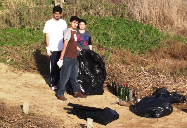 Estudiantes de Historia colaborando en limpieza del parque