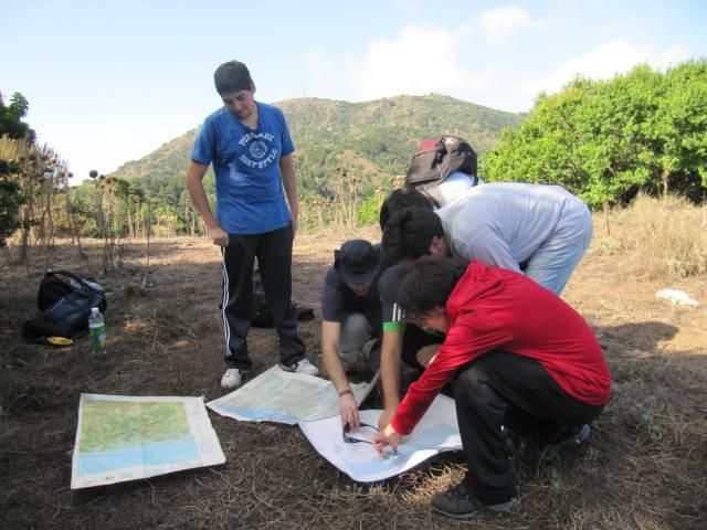 Estudiantes trabajando con Cartografía Regular IGM, Carta Quillota, escala 1:250.000, Carta Papudo, escala 1:50.000 y  Carta Papudo, escala 1:25.000